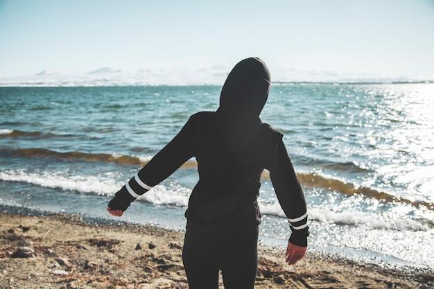 Kobieta na portret od strony morza
