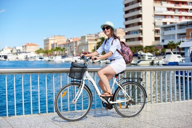 Kobieta na rowerze miejskim