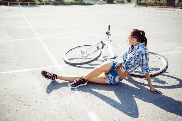 Kobieta na rowerze w plaży