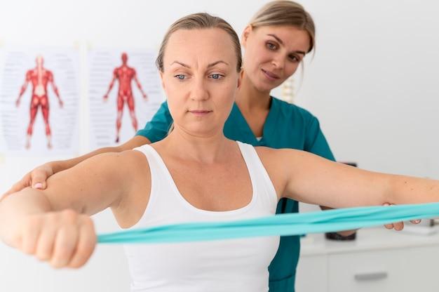 Kobieta na sesji fizjoterapeutycznej
