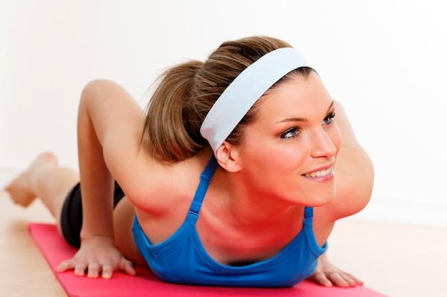 Kobieta na siłowni w domu