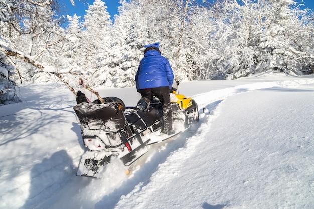 Kobieta na skuterze śnieżnym