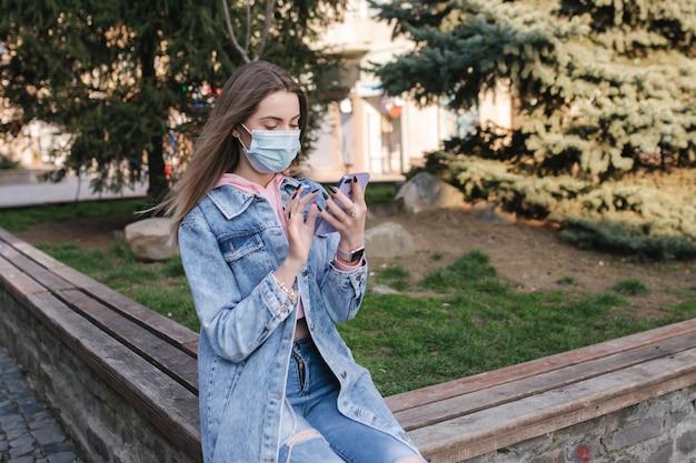 Kobieta na spacerze w mieście podczas pandemii