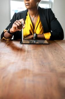 Kobieta na spotkaniu w biurze