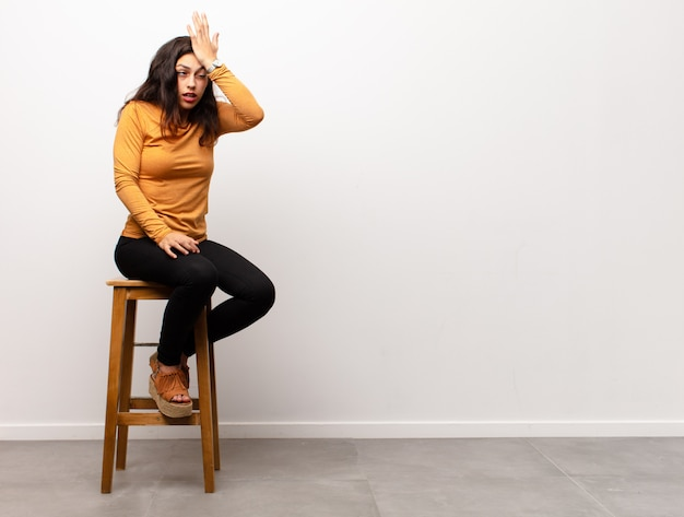 Kobieta na stołku, coś sobie przypomina