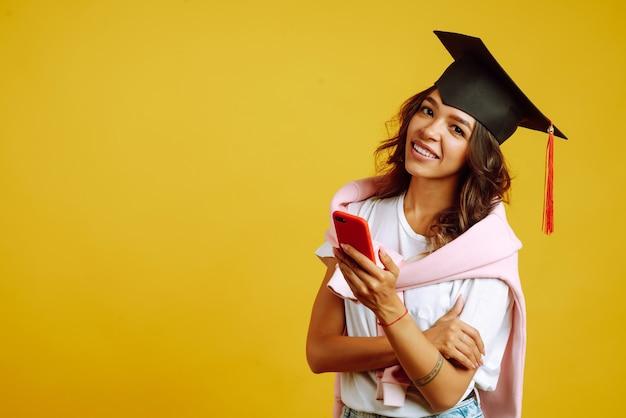 Kobieta na studiach za pomocą smartfona