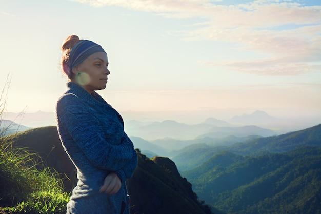 Kobieta na szczycie góry