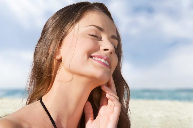 Kobieta na tle plaży balsam do opalania opalanie ludzka skóra nawilżający ochrona przeciwsłoneczna