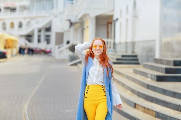 Kobieta na ulicy na wiosnę w jasne piękne ubrania