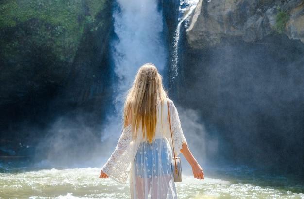 Kobieta na wodospadzie