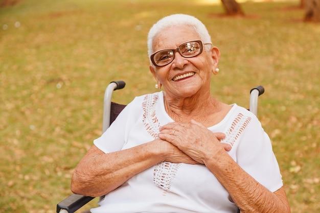 Kobieta na wózku inwalidzkim w parku