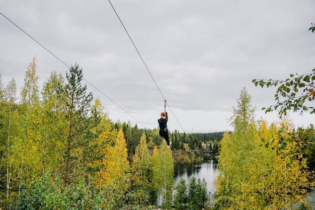 Kobieta na wózku, sprzęt na stalowych linach nad górską rzeką
