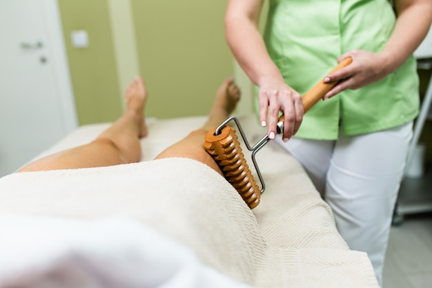 Kobieta na zabieg masażu antycellulitowego. terapia madero.