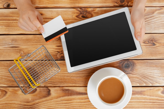 Kobieta na zakupy przy użyciu komputera typu tablet i karty kredytowej