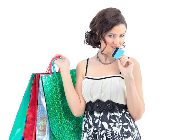 Kobieta na zakupy szczęśliwa wziąć kartę kredytową i torbę na zakupy