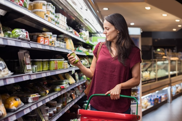 Kobieta na zakupy w supermarkecie