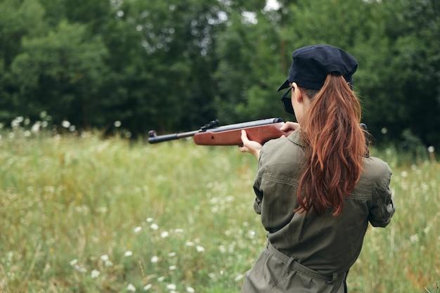 Kobieta na zewnątrz dążąc z bronią polowanie na świeże powietrze bronie stylu życia
