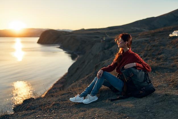 Kobieta na zewnątrz rekreacji zachód słońca horyzont wolność przygoda