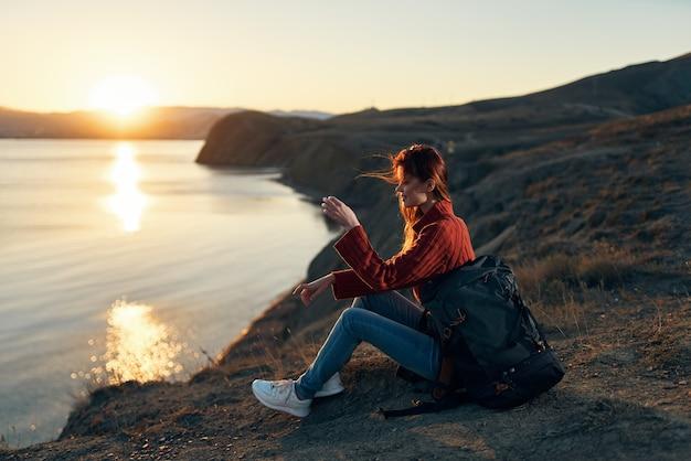 Kobieta na zewnątrz świeże powietrze podróże horyzont wolności rekreacja