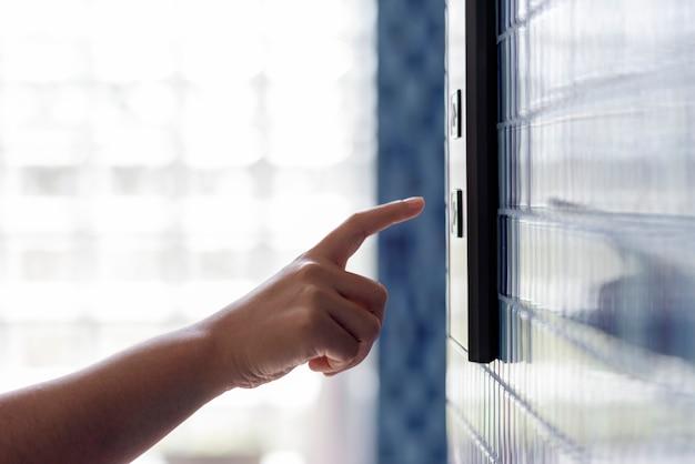 Kobieta naciskając przycisk windy