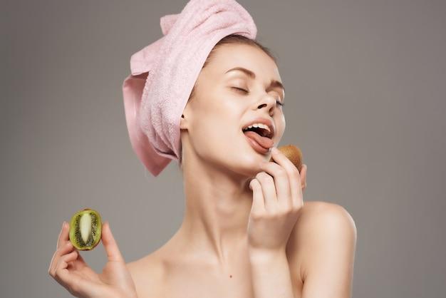 Kobieta nagie ramiona owoce kiwi witaminy pielęgnacja skóry