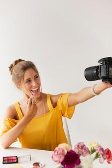 Kobieta nagrywająca się pod dużym kątem
