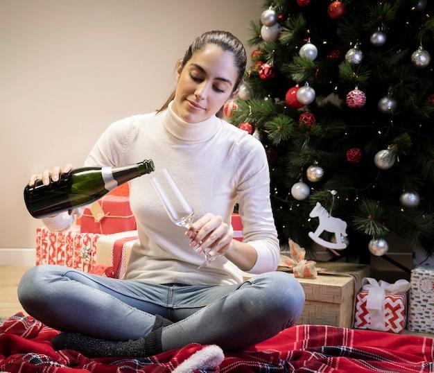 Kobieta nalewania szampana do kieliszka