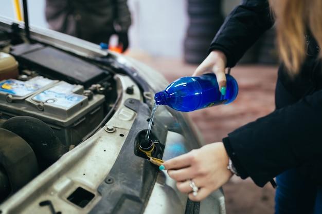 Kobieta naprawia samochód