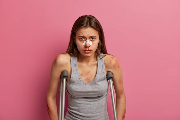 Kobieta narciarz ranna podczas górskiej wędrówki, ma wypadek