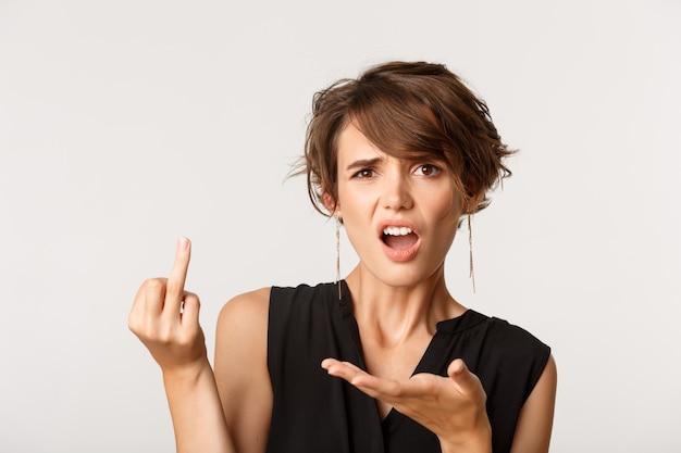 Kobieta narzekająca, zdezorientowana i pokazująca palec bez obrączki
