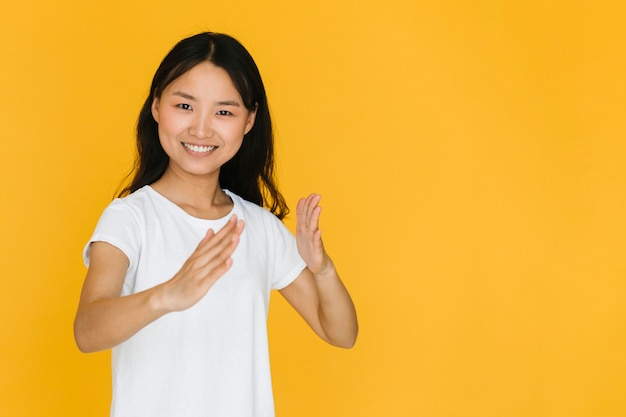 Kobieta naśladująca ruch karate