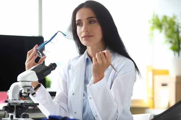Kobieta naukowa chmist portret aganist chemia