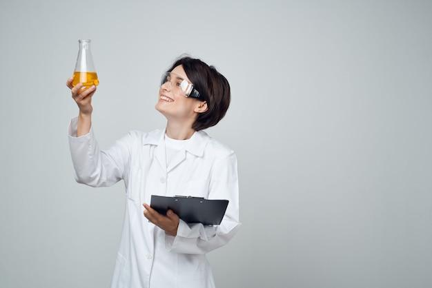 Kobieta-naukowcy profesjonalna diagnostyka analizy roztworu chemicznego