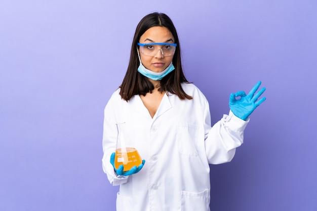 Kobieta naukowiec bada chorobę szczepionki w pozie zen