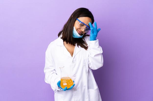 Kobieta naukowiec bada chorobę szczepionkową z bólem głowy