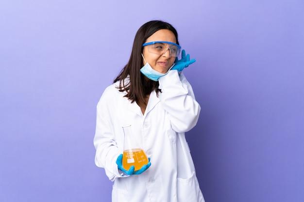 Kobieta naukowiec badająca chorobę szczepionkową sfrustrowana i zakrywająca uszy