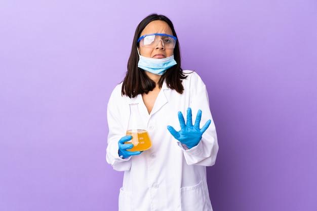 Kobieta naukowiec badająca szczepionkę w celu leczenia chorób nerwowych rozciągających ręce