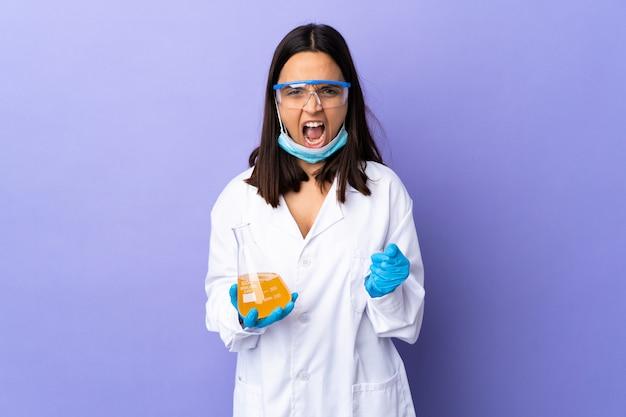 Kobieta naukowiec badająca szczepionkę w celu leczenia choroby sfrustrowanej złą sytuacją