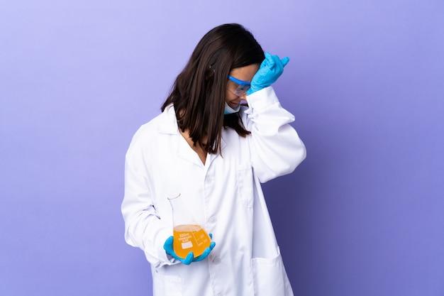 Kobieta naukowiec badająca szczepionkę w celu leczenia choroby z bólem głowy