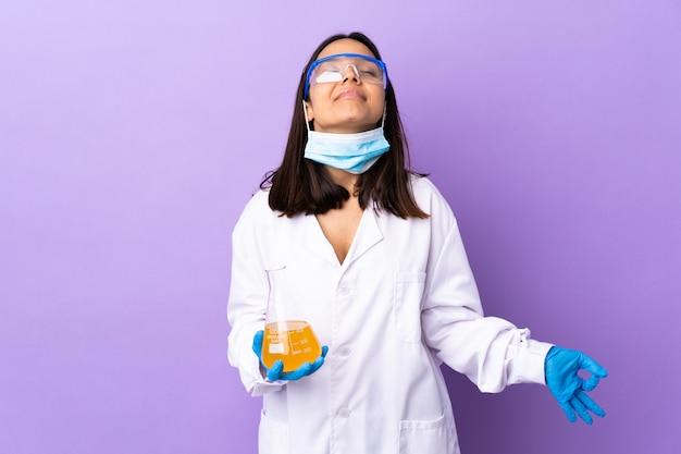Kobieta naukowiec badająca szczepionkę w celu wyleczenia choroby w pozie zen
