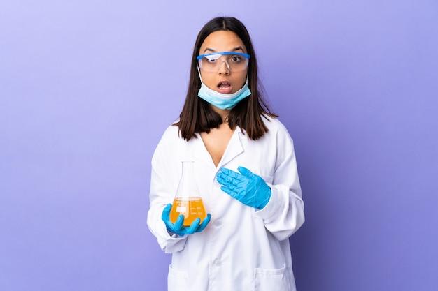 Kobieta naukowiec badająca szczepionkę w celu wyleczenia choroby, wskazując na siebie