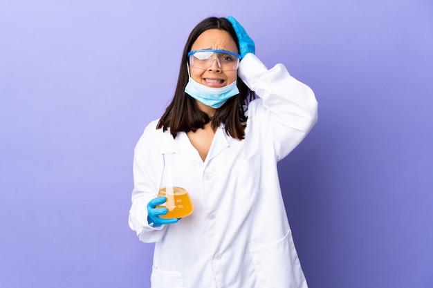 Kobieta naukowiec badająca szczepionkę w celu wyleczenia choroby wykonująca nerwowy gest