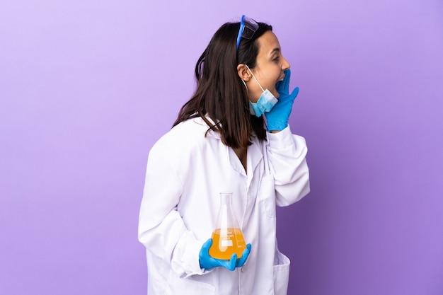Kobieta naukowiec badająca szczepionkę w celu wyleczenia choroby z krzykiem z szeroko otwartymi ustami z boku