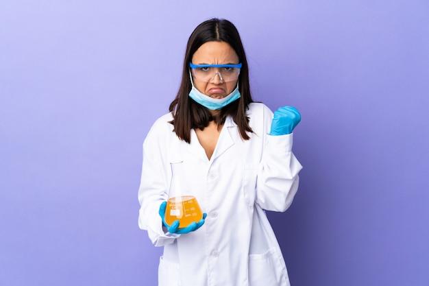 Kobieta naukowiec badająca szczepionkę w celu wyleczenia choroby z nieszczęśliwym wyrazem twarzy