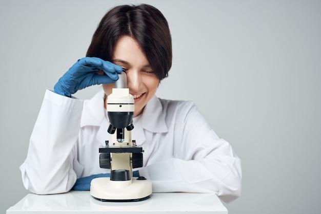 Kobieta naukowiec laboratoryjny mikroskop naukowo-badawczy