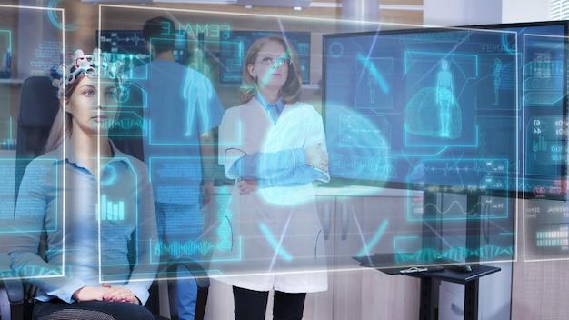 Kobieta-naukowiec patrząca na wirtualny interfejs hologramu przed oczami i zmieniająca wyświetlacze hud za pomocą wirtualnego machnięcia