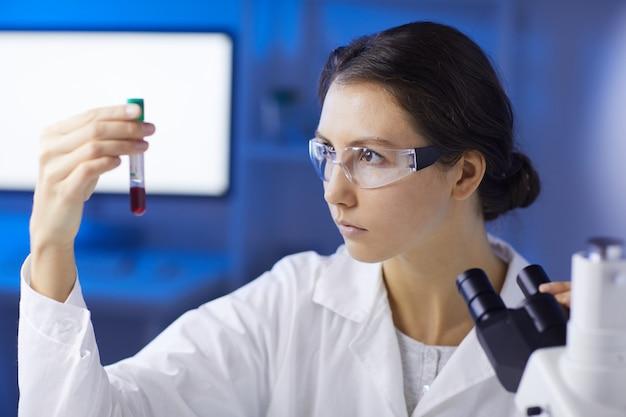 Kobieta naukowiec robi badanie krwi