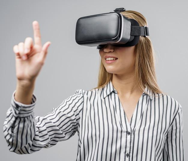Kobieta naukowiec za pomocą zestawu słuchawkowego rzeczywistości wirtualnej