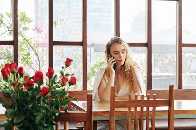 Kobieta nawiązywania połączenia telefonicznego