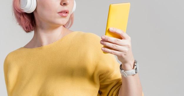 Kobieta nie do poznania, patrząc na telefon